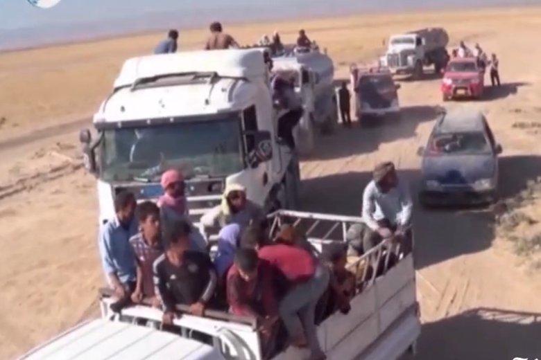 Jazydzi porzucają swoje domy i uciekają przed śmiercią z rąk bojowników.