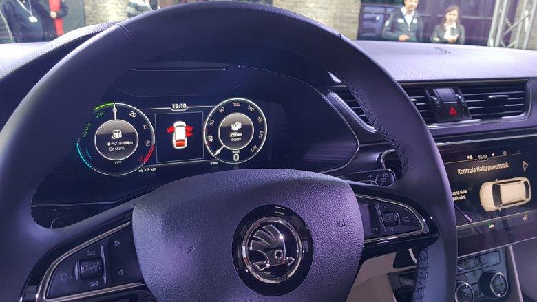 Kierowca może na wyświetlaczach znaleźć informację o stanie naładowania akumulatora.