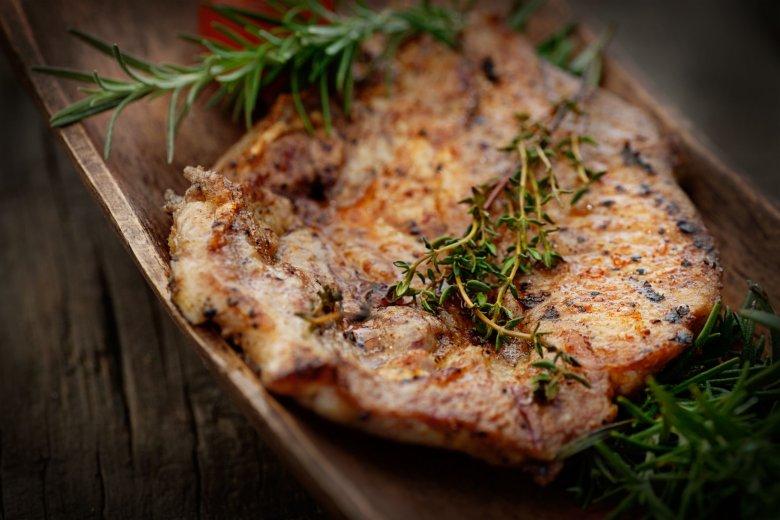 Przygotowanie pysznego pieczonego mięsa w terenie wcale nie musi być skomplikowane.
