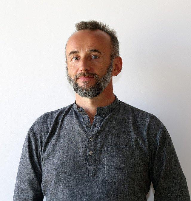 Adam Ramotowski – doświadczony nauczyciel jogi; prezes Stowarzyszenia Porozumienie Szkół Jogi