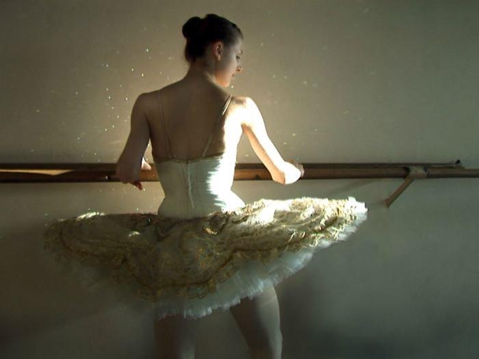 """""""Czasem śnię, że latam"""" to dokument w reżyserii Anety Popiel-Machnickiej opowiadający o 6 latach z życia uczennicy stołecznej szkoły baletowej."""
