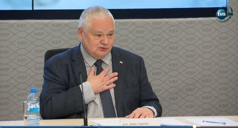 Adam Glapiński podczas konferencji prasowej nt. zarobków pracowników NBP.