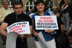 """Protesty przed projekcją """"Golgota Picnic"""". Jak widać Teatr Polski we Wrocławiu ma już całkiem niezłą obrazoburczą tradycję."""