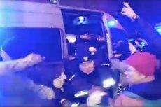 Policjanci mieli siłą wpakować protestujące pod siedzibą PiS kobiety. Cała sytuacja miała miejsce po Strajku Kobiet w Czarną Środę.