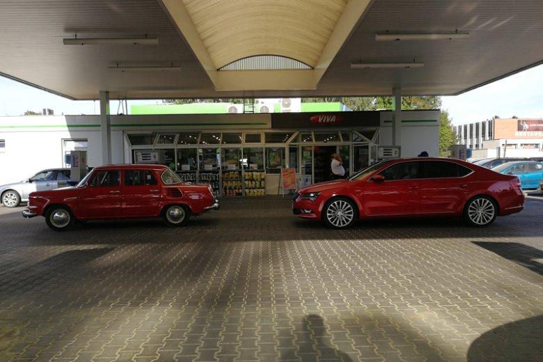 Na taką perełkętrafiliśmy na jednej  czeskich stacji benzynowych. Zachowana w świetnym stanie stara Skoda kontra nowiutki, jeszcze pachnący fabryką, Superb.