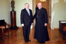 Rok 2006. Ówczesny premier Jarosław Kaczyński spotyka się z kard. Dziwiszem. Cztery lata później kościelny przywódca wyrazi zgodę na pogrzebanie jego brata, prezydenta, na Wawelu.