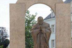 Pomnik Jana Pawła II we francuskim mieście Ploërmel został przeniesiony – to kończy spór o krzyż na monumencie.