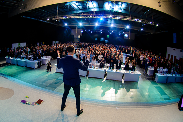 Jakub B. Bączek w trakcie wystąpienia Giants of Life, organizowane przez Milewski & Partnerzy