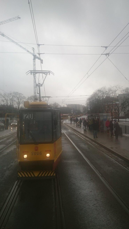 Prawdopodobnie z tego powodu stały też tramwaje na pobliskich ulicach – ruch sięzakorkował.