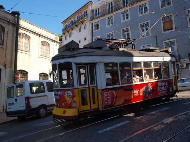 Po Lizbonie można niedrogo przemieszczać się tramwajami.