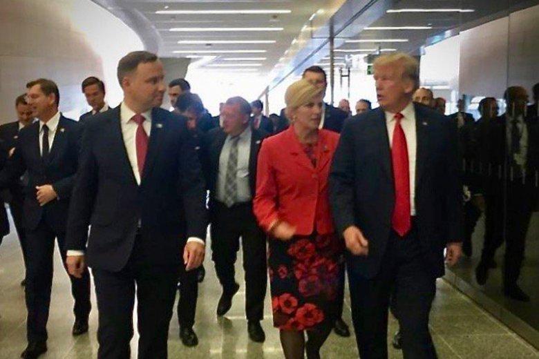 Prezydenci Donald Trump i Andrzej Duda szli tym samym tunelem prowadzącym na salę obrad.