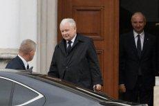 Jarosław Kaczyński pojechał w niedzielę do kościoła, chociaż w kraju szaleje koronawirus.
