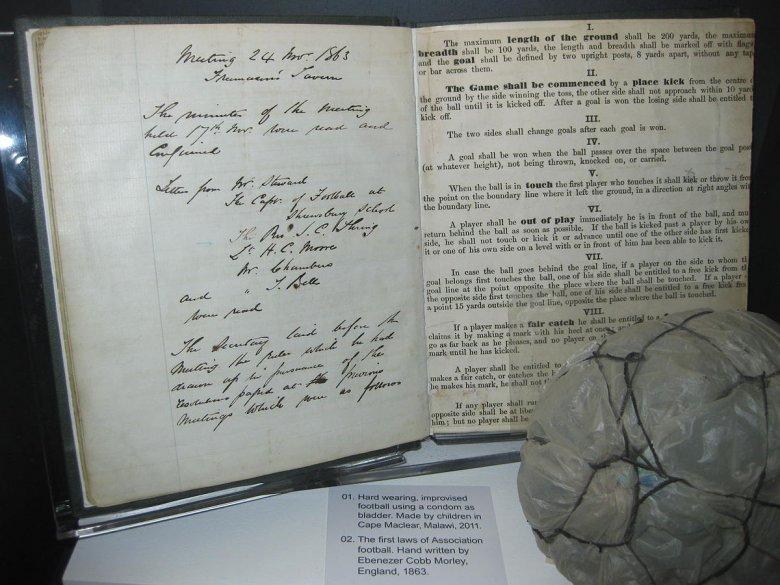 Pierwsze zasady gry w piłkę nożną wymyślone przez Ebenezera Cobba Morleya.