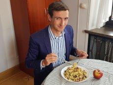 Stołeczny radny Marek Szolc (KO) napisał interpelację ws. wegednia na szkolnych stołówkach.