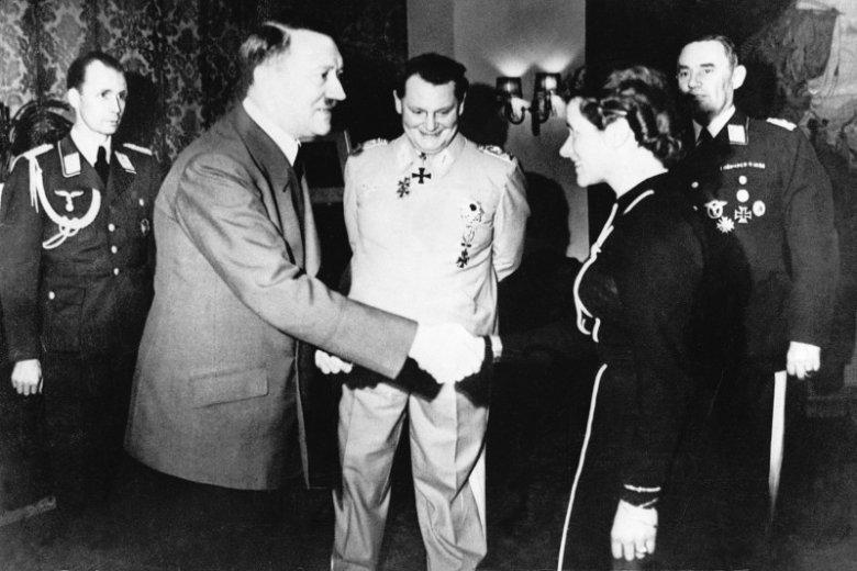 """Hanna Reitsch, jedna z """"najbardziej utalentowanych pilotek swoich czasów"""", przyjmuje Krzyż Żelazny z rąk Adolfa Hitlera"""