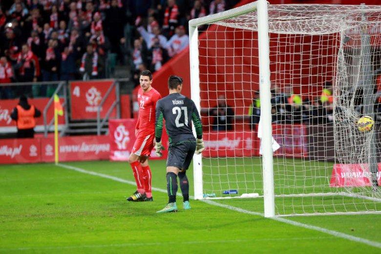 UEFA zakazała telewizjom puszczania powtórek spalonych. Decyzja dotyczy Ligi Mistrzów, Ligi Europy i eliminacji do Euro 2016