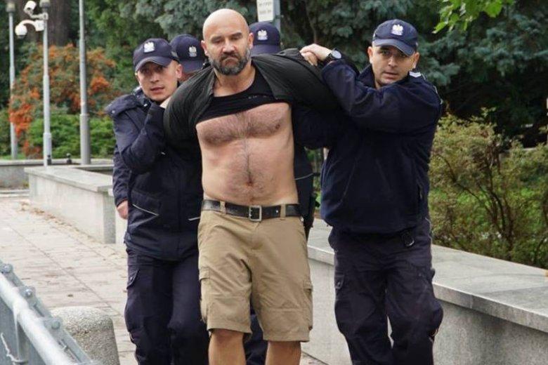 Dr Rafał Suszek jako osoba biorąca udział w protestach antyrządowych ma częsty kontakt z policjantami.