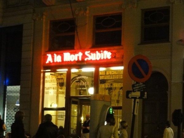 Słynne A La Mort Subite w Brukseli można odwiedzić już za kilkaset złotych, dzięki tanim liniom lotniczym.