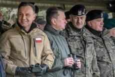 Andrzej Duda wziął udział w obchodach 20. rocznicy przystąpienia Polski do NATO. Internauci namierzyli, że w dziwny sposób korzystał z lornetki.