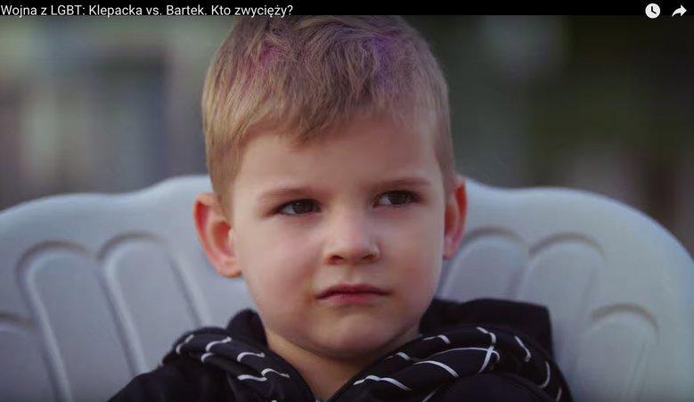 """Zrzut ekranu z reportażu: """"Wojna z LGBT: Klepacka vs. Bartek. Kto zwycięży?"""