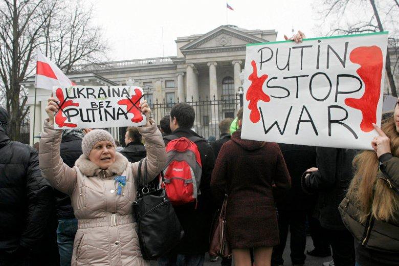 Rosjanie nie chcą interwencji swoich żołnierzy na Ukrainie (na zdjęciu protest przed rosyjskąambasadą w Warszawie)