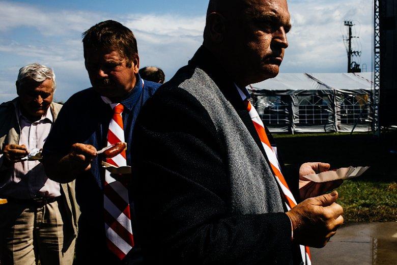 Dla osób związanych z Samoobroną biało-czerwony krawat to nadal symbol wielkiej dumy.