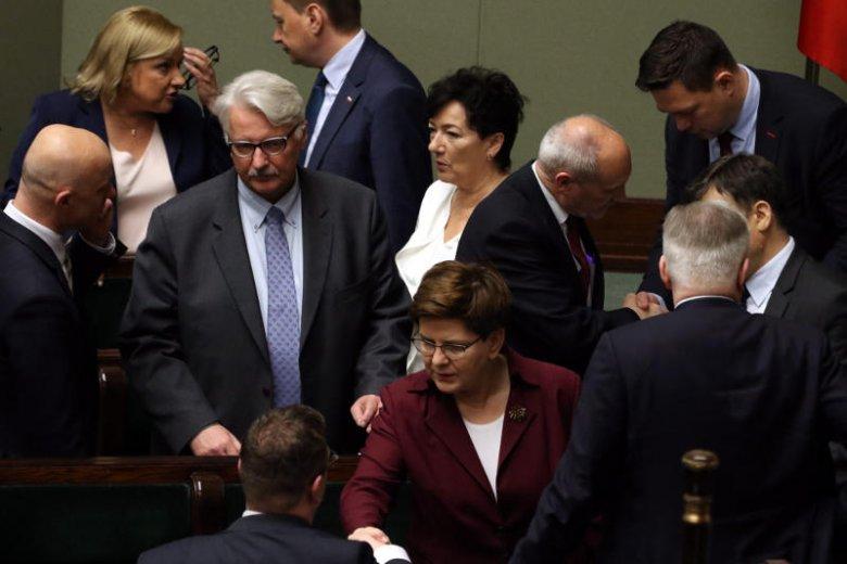 Premier Szydło ma wielu pomocników.