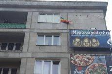 Tęczowa flaga na trasie przemarszu narodowców nie wzbudziła pozytywnych reakcji.