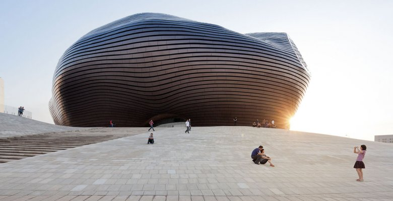 Budynek Opery projektu MAD Architects w mieście Ordos.