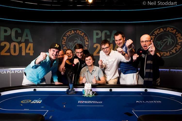 """Na zdjęciu m.in. Marcin Wydrowski (w czapeczce), Marcin ,,Góral"""" Horecki (członek Team PokerStars Pro, z prawej) i Dominik Pańka (w samym środku)."""