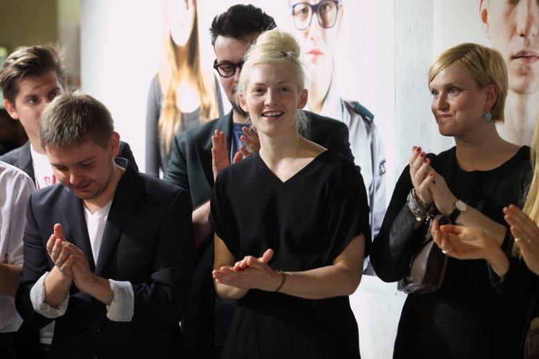 Gosia Popinigis w trakcie ogłoszenia wyników podczas wernisażu AFF: wygrała warsztaty Fashion Photography podczas Art & FAshion Festival.