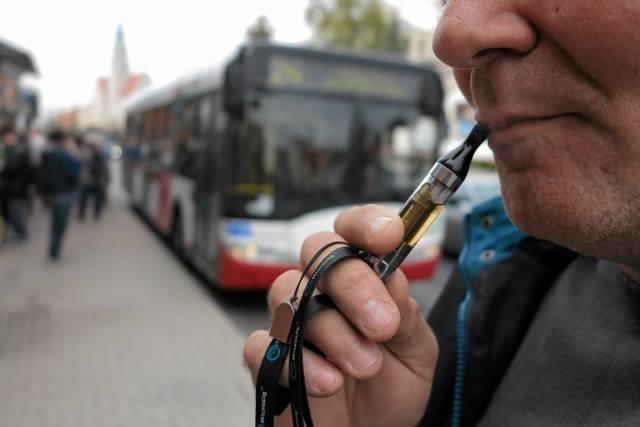 Polskie przepisy zabraniają informowania palaczy o mniej szkodliwych alternatywach wobec papierosów.