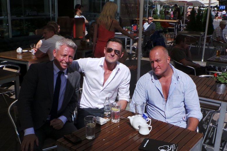 Brian ze wspólnikiem Julianem Ward-Turnerem (w środku) i dyrektorem Pure Sky Club Paulem Cowenem
