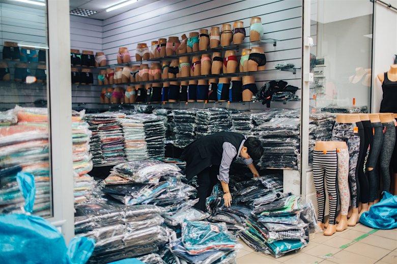 W Wólce Kosowskiej nieustannie trwa wyładunek towaru.