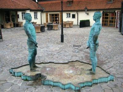 pomniki oddające mocz na basen w kształcie republiki czeskiej