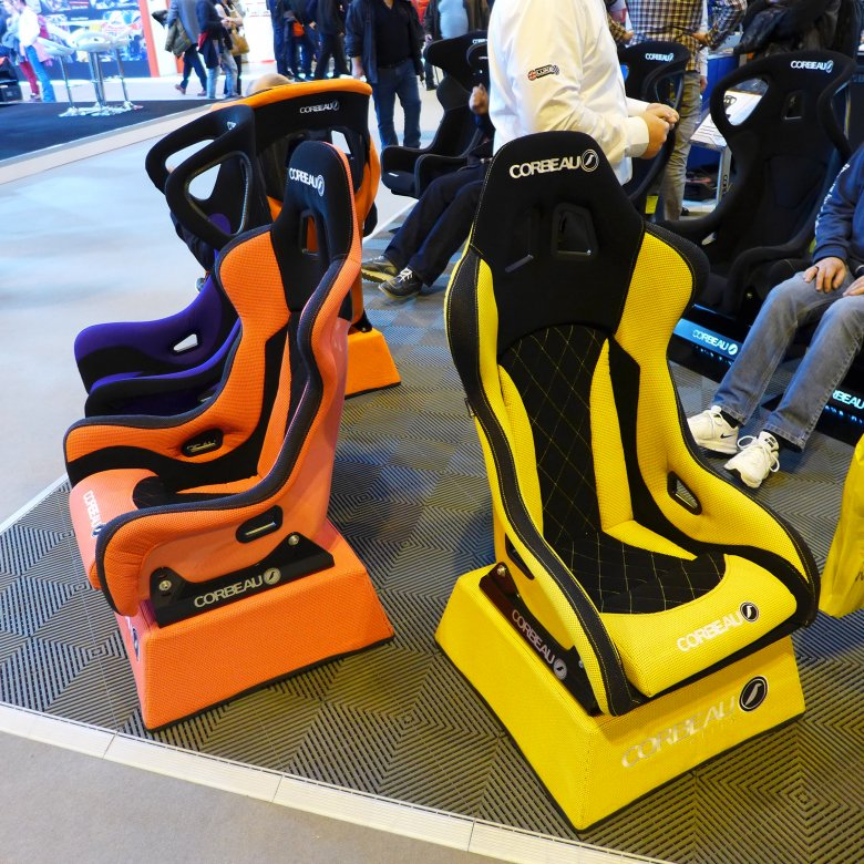 Brytyjska firma Corbeau produkuje fotele wyczynowe w wesołych kolorach.