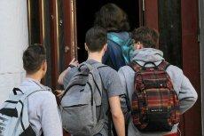 Plany lekcji do późna, początek lekcji o 7:15, okienka – niektórzy są przerażeni początkiem roku szkolnego.