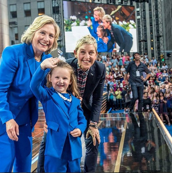 Hillary Clinton w charakterystycznym chabrowym garniturze i Ellen DeGeneres