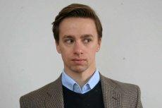 Poseł Krzysztof Bosak (Konfederacja) boi się, że zostanie wciągnięty pod kołdrę. Wszystko z powodu wizualizacji warszawskiego Zarządu Zieleni.