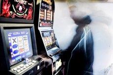 Polacy wpadają w kłopoty przez prowizoryczne maszyny hazardowe.
