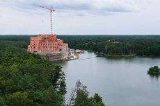 Zamek od samego początku budził kontrowersje. Czy wyniki kontroli GDOŚ wpłyną na postępy jego budowy?