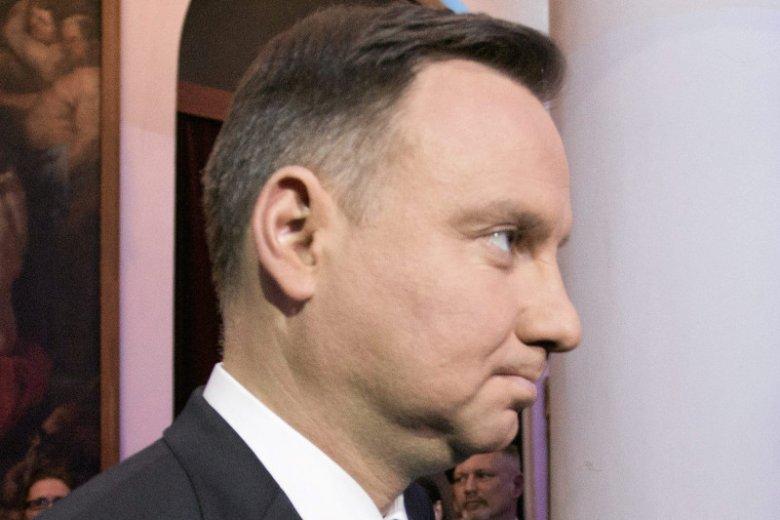 """Andrzej Duda rzucił palenie. """"To Pan zrobił 'prezent' TVN-om i GW. Zaraz będą latać za PAD z wagą i krzyczeć, że się spasł"""" – to jeden z komentarzy na Twitterze."""