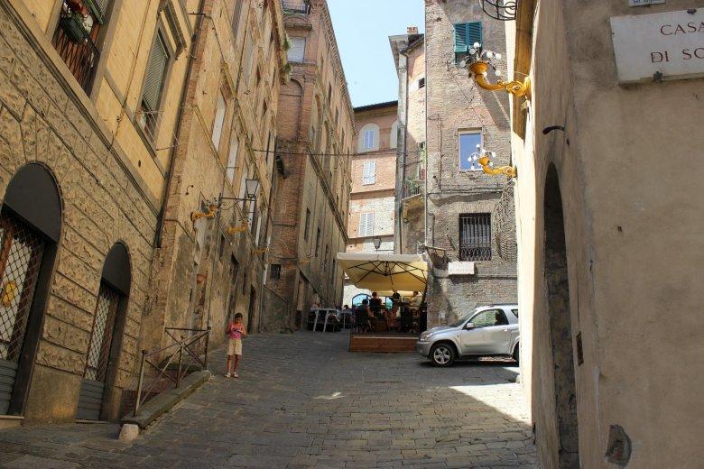 Ciasne uliczki Sieny bywają bardzo strome