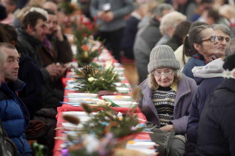 """""""Wigilia dla samotnych"""" przed świętami, a 24 grudnia znowu sam jak palec? Takie sytuacje zdarzają się coraz rzadziej. Na zdjęciu - ubiegłoroczna wigilia w Chorzowie."""