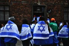 Grupy zwiedzających przed Marszem Żywych w Oświęcimiu.