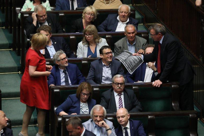 Fotoreporterowi Sławomirowi Kamińskiemu udało się uchwycić moment, gdy w ławie poselskiej na miejscu prezesa PiS zasiadł kto inny.