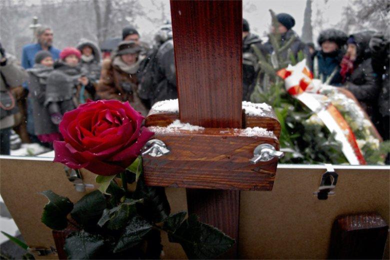 Bez księdza, z mistrzem ceremonii, bez krzyża, ale ze zdjęciem na sztaludze – tak wyglądają świeckie pogrzeby w Polsce.