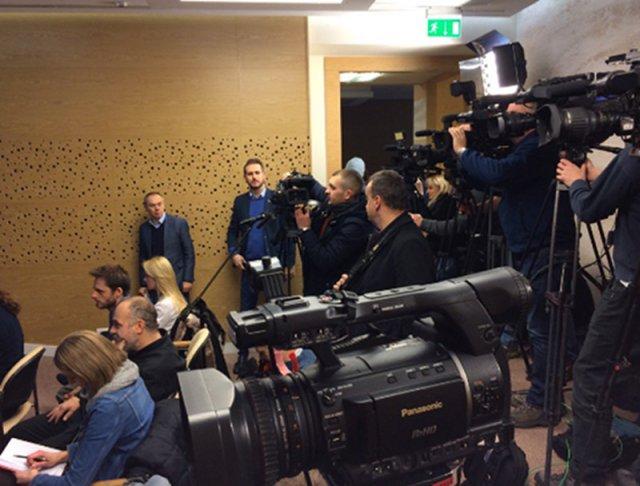 Nowa salka medialna w sejmie. Dziennikarze nie kryją oburzenia jej gabarytami.