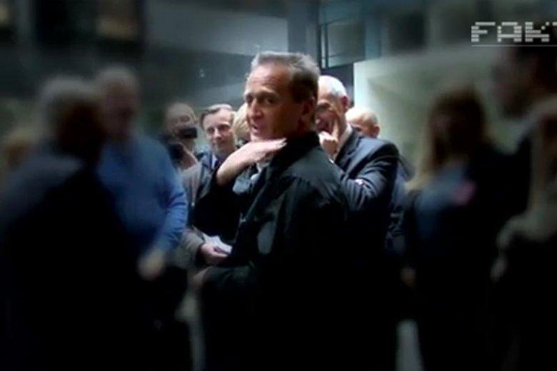 Gest podcinania szyi, który prof. Chris Cieszewski wykonał w kierunku dziennikarzy TVN.