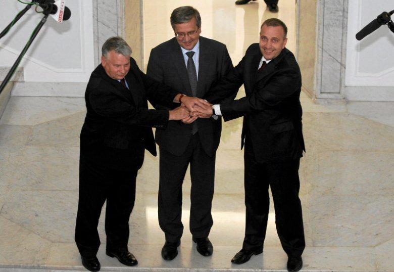 Słynne zdjęcie z 8 lipca 2010 roku. Borusewicz, Komorowski i Schetyna – wszyscy trzej tego dnia byli prezydentami.